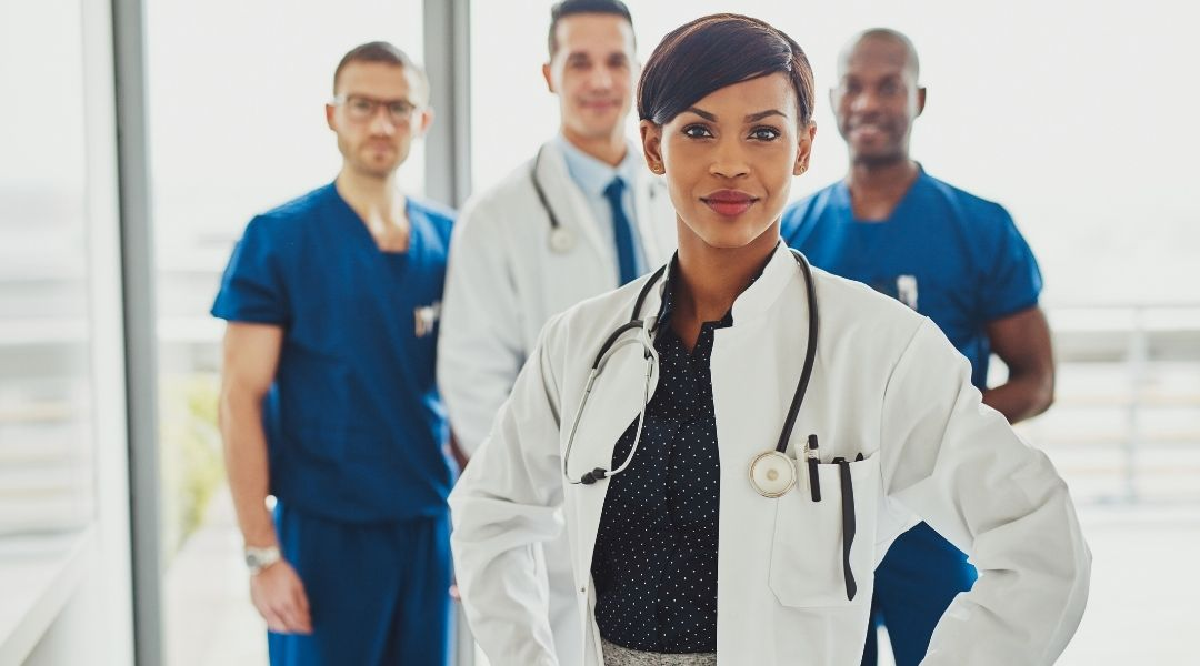 Entendemos que um profissional da saúde, especialmente médicos, tem uma rotina puxada, o que impede a criação do próprio conteúdo